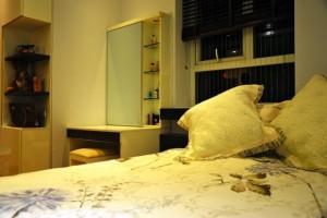 Đối diện với giường là một chiếc gương lớn